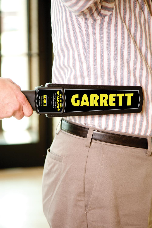 Досмотр ручным металлодетектором GARRETT SUPER SCANNER V